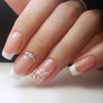 фото Стразы на ногтях в студии красоты