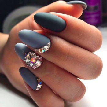 фото Стразы на ногтях в студии маникюра