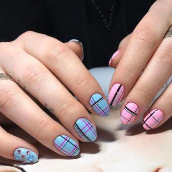 фото Полоски на ногтях в студии красоты