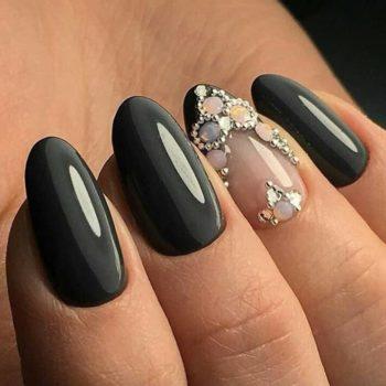 фото Стразы на ногтях в Familyart