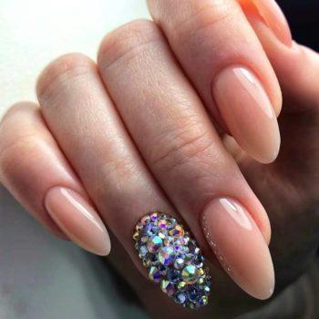 фото Стразы на ногтях в салоне красоты